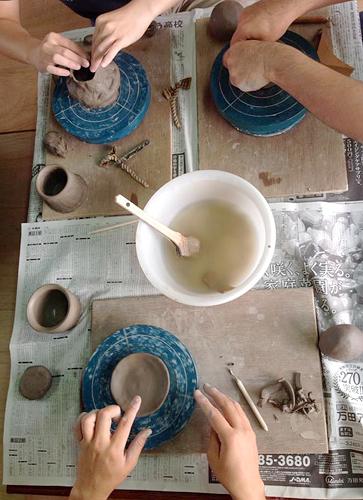 陶芸教室。自由に皆さん作っています。