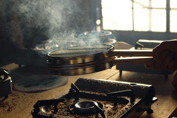 コーヒー豆の焙煎を網でやってると煙がモクモク。