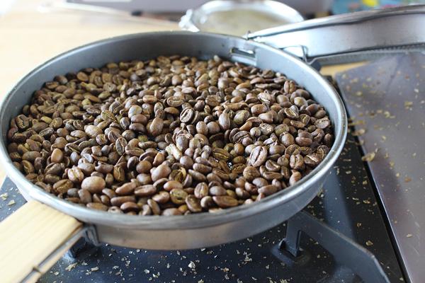 コーヒー豆を焙煎体験。煎り上がりです。
