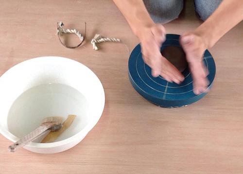 橿原市で陶芸教室。先生が見本を見せてくれます。