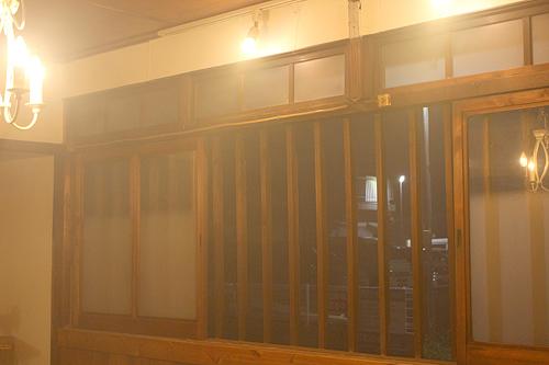 花火で、店の中が煙で充満。